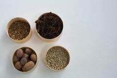 Перец муската, белых, семя кориандра и анисовка звезды в шаре Стоковые Фото