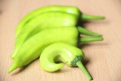 Зеленый горячий перец на деревянной таблице Стоковая Фотография RF