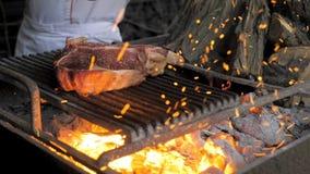 Перец шеф-повара стейк горящий видеоматериал