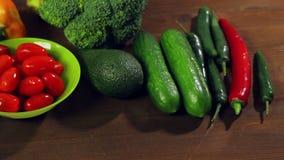 Перец chili свежих овощей, брокколи, авокадо, цукини на деревянном столе акции видеоматериалы