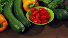 Перец chili свежих овощей, брокколи, авокадо, цукини на деревянном столе видеоматериал