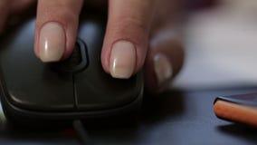 Рука используя мышь компьютера акции видеоматериалы