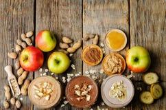 Перечислите smoothie арахисового масла с шоколадом, яблоками, бананом и o Стоковые Изображения RF