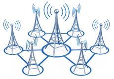 Передатчики цифров посылают сигналы от высокой башни Стоковая Фотография