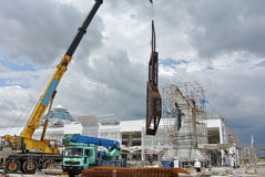 Передвижной кран использовал к поднимать тяжелый материал на строительной площадке Стоковые Изображения