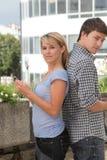 передвижные люди знонят по телефону детенышам Стоковое фото RF