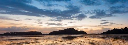 Перед восходом солнца на острове, прилив вниз с пляжа как далеко как Стоковые Изображения RF