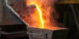 Перелинянное золото на фабрике стоковое фото
