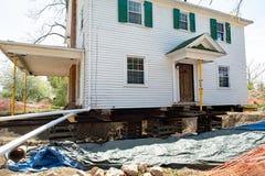 Передислоцированный дом на деревянных скидах Стоковые Изображения RF