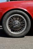 Переднее колесо старого автомобиля Стоковые Изображения