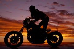 Переднее стойки мотоцикла женщины силуэта постное стоковые изображения
