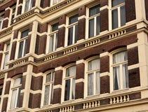 Передний красивый старый фасад дома от красного кирпича с белым eyell Стоковые Изображения