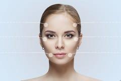Передний портрет красивой молодой женщины с зелеными глазами на сером крупном плане предпосылки очистьте кожу девушки стоковые фото