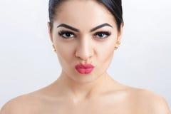 Передний портрет привлекательной молодой женщины брюнет на серой предпосылке очистьте кожу девушки стоковые фото
