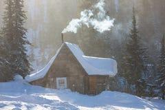 Передний пригородный дом в сильном снегопаде Стоковые Фотографии RF