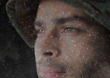 передний план солдата смотря горизонт задняя часть и перекрытие темноты с маленькими светами Стоковые Изображения