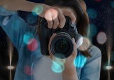 передний план фотографа принимая фото с зеркальной камерой Запачканное перекрытие сини и красных светов и Стоковое Фото