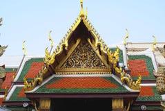 Передний щипец Wat Phra Kaew, грандиозного дворца, Бангкока, Таиланда, Азии стоковые изображения