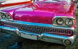 Передняя деталь розового винтажного автомобиля в старой Гаване, Кубе Стоковые Фотографии RF