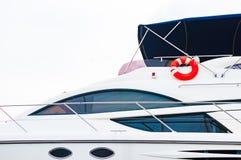 Передняя палуба яхт с красное lifebuoy Стоковые Изображения