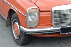 Передняя правильная позиция красного винтажного автомобиля с черной плитой стоковые фотографии rf