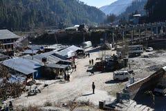 Передовица: Barot, Mandi, Himachal Pradesh, Индия: 28-ое декабря 2015: Взгляд городка Barot, это известное туристическое место Стоковое Изображение