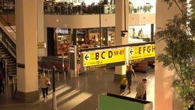 Перед отклонением Пассажиры на крупном аэропорте сток-видео