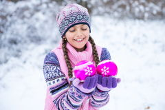 Перед рождеством, девушка идя в лес зимы Стоковое Изображение RF