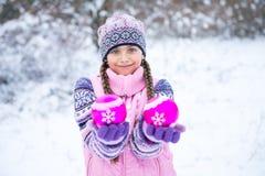 Перед рождеством, девушка идя в лес зимы Стоковое фото RF