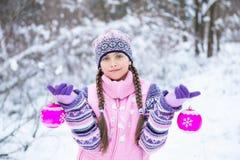 Перед рождеством, девушка идя в лес зимы Стоковые Изображения RF