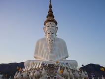 Перед статуей Будды в виске phasornkaew Стоковое фото RF