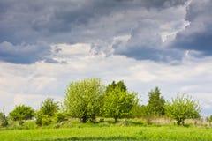 Перед штормом Красивый сельский ландшафт с облаками в небе Стоковое Фото