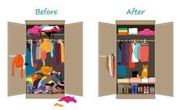 Перед untidy и после аккуратным шкафом Грязные одежды брошенные на полку и славно аранжированные одежды в кучах и коробках Стоковая Фотография RF