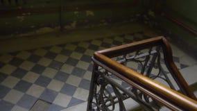 Перила лестницы Старый ретро винтажный дом XIX век StPetersburg акции видеоматериалы