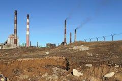 Периметр завода окружен колючей проволокой для prot Стоковая Фотография RF