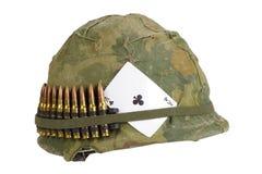Период война США против Демократической Республики Вьетнам шлема армии США с тузом крышки камуфлирования и пояса и талисмана боеп Стоковые Фото