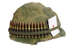 Период война США против Демократической Республики Вьетнам шлема армии США с крышкой камуфлирования, поясом боеприпасов и талисма Стоковая Фотография