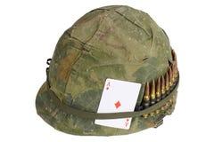 Период война США против Демократической Республики Вьетнам шлема армии США с крышкой камуфлирования, поясом боеприпасов и тузом и Стоковые Изображения RF