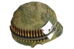 Период война США против Демократической Республики Вьетнам шлема армии США с крышкой камуфлирования и поясом боеприпасов, регистр Стоковая Фотография