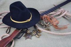 Период Диких Западов повторяя винтовку с значком боеприпасов и шерифа Стоковые Изображения
