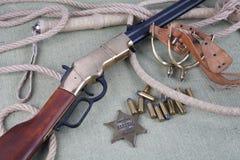 Период Диких Западов повторяя винтовку с значком боеприпасов и шерифа Стоковое Изображение RF