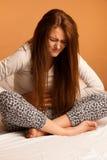 Период боли боли в животе болезни, страдание женщины изолированное сверх стоковые изображения
