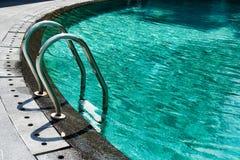 Перила в воде бирюзы бассейна Стоковая Фотография RF