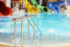 Перила металла, бассейн и пестротканые водные горки стоковое изображение rf