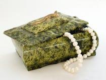 перла ожерелья коробки зеленая с Стоковое Изображение