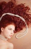 перла ожерелья красивейшей девушки лежа Стоковые Изображения