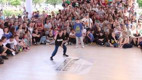 ПЕРМЬ, мальчики танцует на фестивале боя улицы на этапе улицы во время дня праздника России видеоматериал