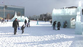 ПЕРМЬ, Россия, 06,2016 -го ФЕВРАЛЬ: Люди в маленьком городе Нового Года льда акции видеоматериалы