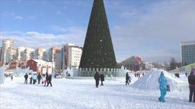 ПЕРМЬ, Россия, 06,2016 -го ФЕВРАЛЬ: Люди в маленьком городе ` s Нового Года льда сток-видео