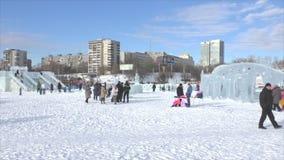 ПЕРМЬ, Россия, 06,2016 -го ФЕВРАЛЬ: Люди в маленьком городе ` s Нового Года льда акции видеоматериалы